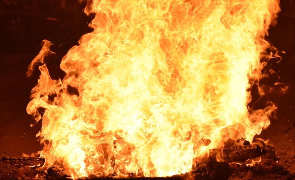 Incendie de 800 hectares dans les bouches du rh ne la piste du m got privil gi e - Porte sur le feu et jete dedans ...