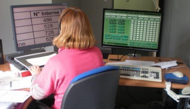 Photo d'une personne malvoyante sur son poste de travail. L'affichage de l'écran est adapté à sa pathologie.