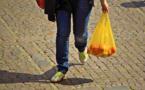 Pollution : les sacs plastiques jetables finalement disponibles jusqu'en mars
